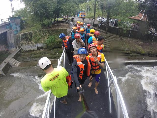 Menjajal Geo Tubing Lava Bantal Sembari Mengingat Sejarah Terjadinya Pulau Jawa