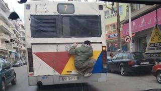 Νεαρός σκαρφάλωσε σε λεωφορείο του ΟΑΣΘ – Η φωτογραφία που κάνει το γύρο διαδικτύου