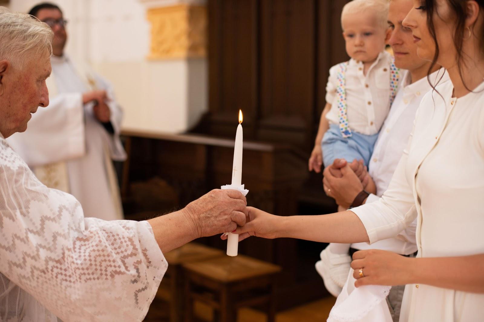 Krikštynos. Žvakės uždegimas.