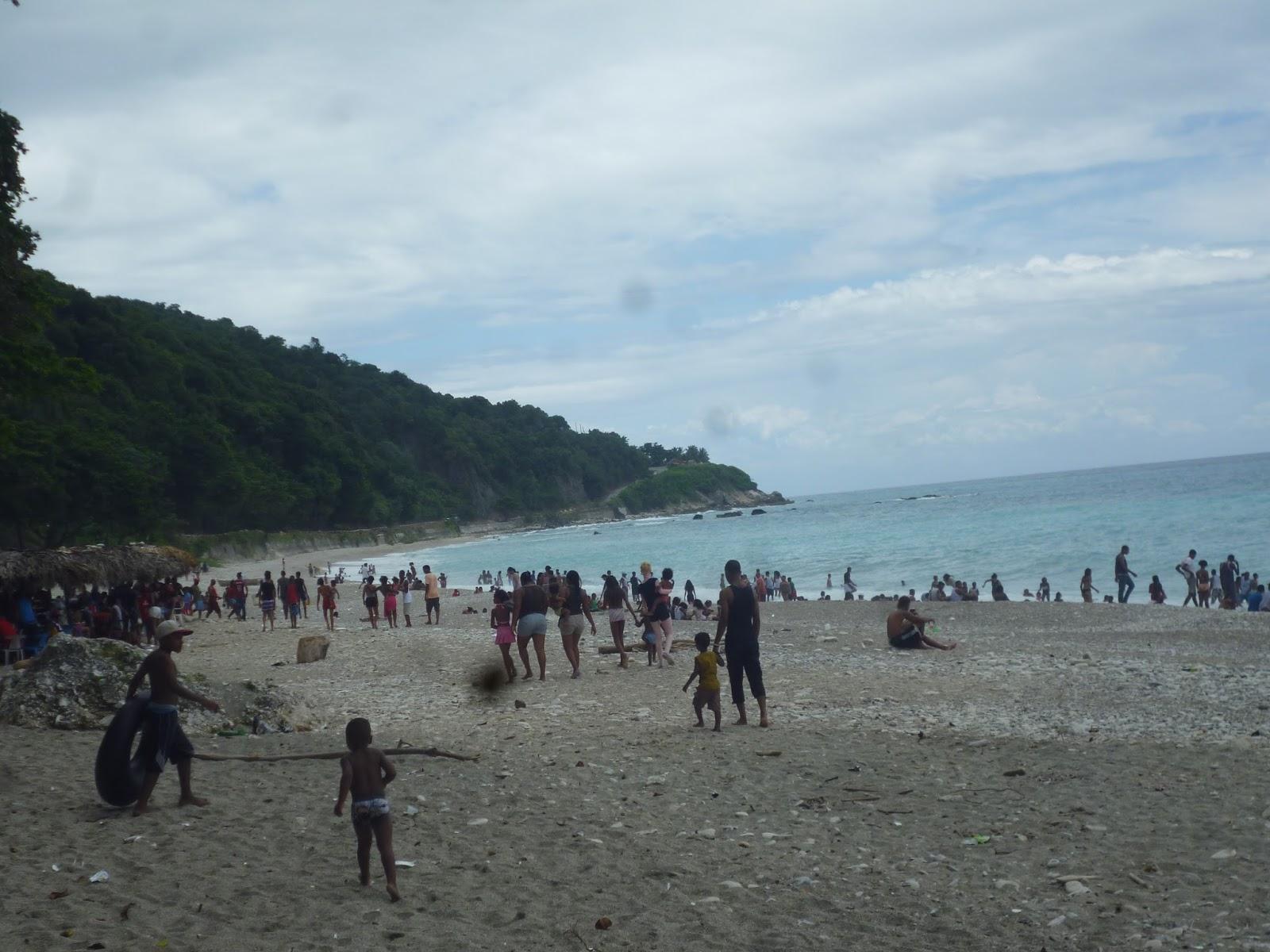 Miles de personas exponen sus vidas al desafiar la potente  playa la que no tiene personal de  primeros auxilios