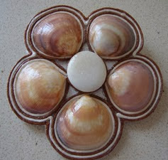 http://creacionesbatiburrillo.blogspot.com.es/2013/09/broche-flor-con-conchas.html