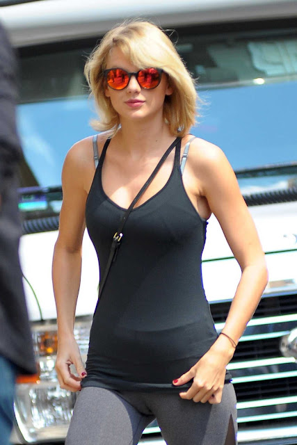 Taylor Swift Without Panties Without Inners Sexy Cameltoe visible hot pussy shape lovely small ass WOW