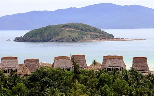 Tại resort biển như thế này nên Dùng tấm lợp sinh thái thay cho mái lá