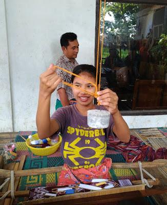 Gadis Desa Sukarare: Harus Bisa Menenun atau Jadi Perawan Tua