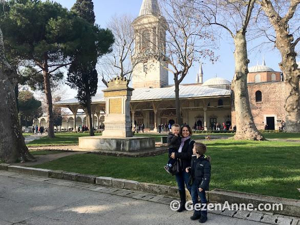 Topkapı sarayında Divan'ın önünde çocuklarla