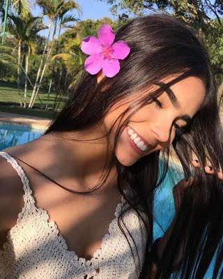selfie tumblr casual con flor en la oreja