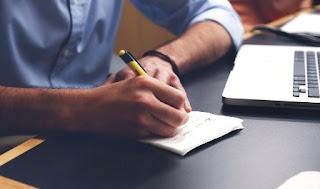 penna che scrive su foglietto