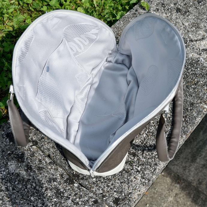 Ein Blick ins innere der Tasche: silber-graue Jaquard-Baumwolle mit einem kleinen Seitenfach