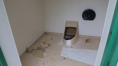Pria Ini Terjebak di Lubang Toilet Selama Satu Jam, Lagi Ngapain Ya?