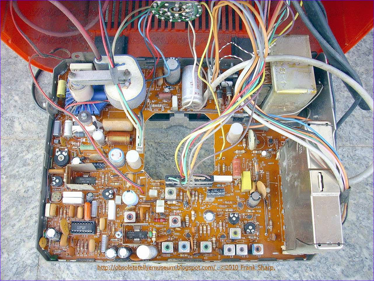 Obsolete Technology Tellye Televideon Mod Tee112 Chassis Vt877 Input And Output Coupling Bipolar Junction Transistors Electronics Of A Linear Regulator Having An Terminal Reference The Circuit Includes Node Transistor