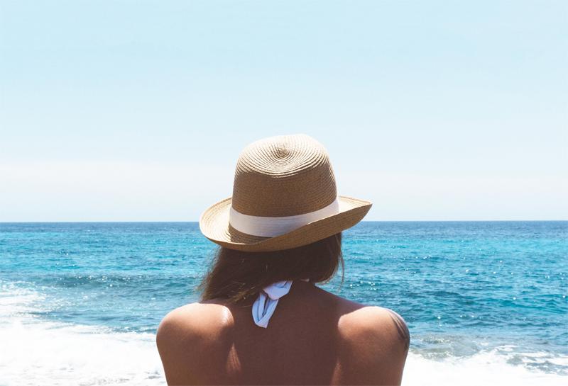 O uso de chapéu de sol é essencial no verão