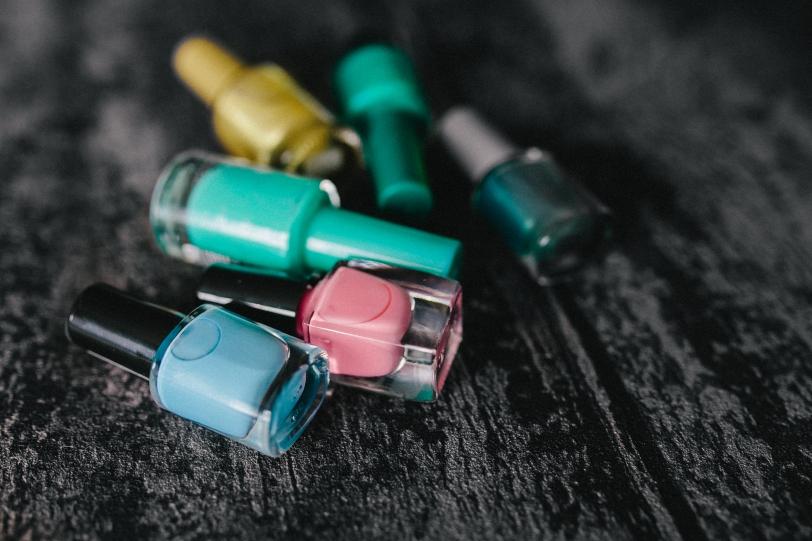 Czas napisać to głośno - niebawem w drogerii Rossmann znów wystartuje lubiana promocja w czasie trwania której kosmetyki do makijażu zostaną przecenione aż o 49 % Akcja rozpocznie się 30 września. I tradycyjnie będzie podzielona na trzy części: - 30.09.2016 do 05.10.2016  - szminki, błyszczyki, kredki do ust, lakiery i produkty do pielęgnacji paznokci. - 06.10.2016 do 11.10.2016 - tusze do rzęs, cienie do powiek, kredki do oczu, eyelinery. - 12.10.2016 do 17.10.2016 - podkłady, pudry, róże, bronzery, korektory do twarzy. Powoli zaczynam tworzyć listę kosmetycznych zakupów, a dziś chciałabym przedstawić Wam kilka kosmetyków, które dobrze znam i bardzo lubię. Warto je poznać, a niższa cena jest idealną ku temu okazją :-)