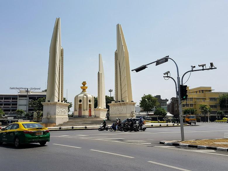 經過民主紀念碑