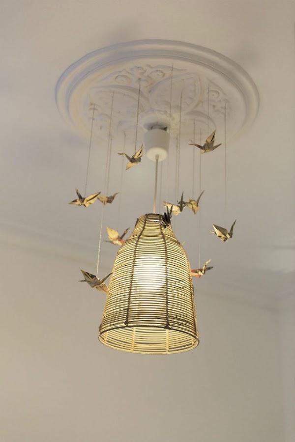 lámpara de fibra y pájaros de origami