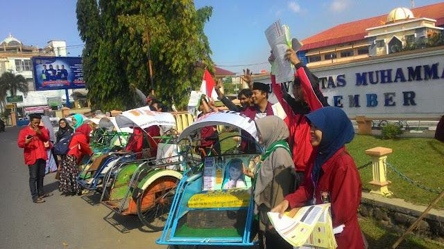 Peserta konvoi semarak ramadhan membagikan jadwal imsakiyah di depan UNMUH Jember