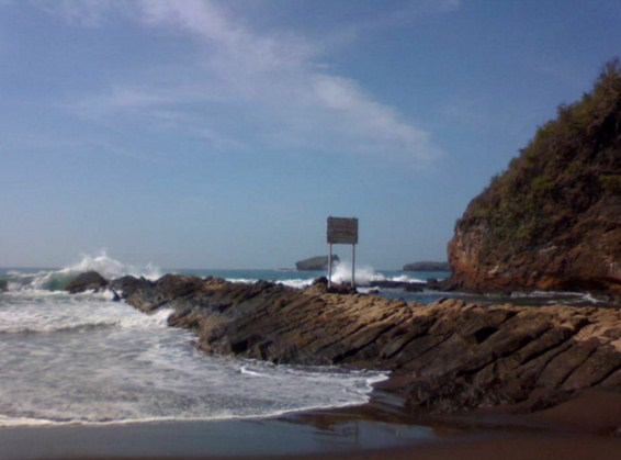 Keindahan pantai watu ulo