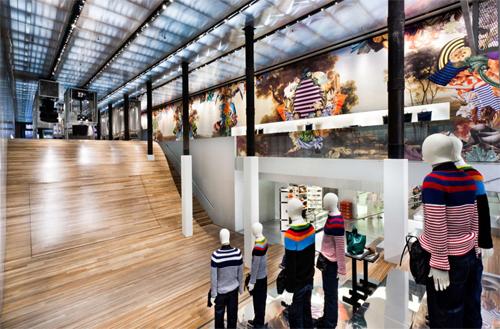 08939b71f620e ... penduradas no teto  outros, ainda, sobre tablados de madeira em sala de  piso quadriculado e teto de espelho. Resultado  a loja se transformou em  ponto ...