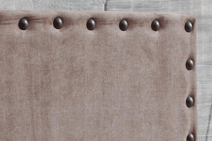si elegimos este tipo de cabeceros tenemos que tener cuidado de no elegir un tejido fino ya que la tachuela puede desgarrarla