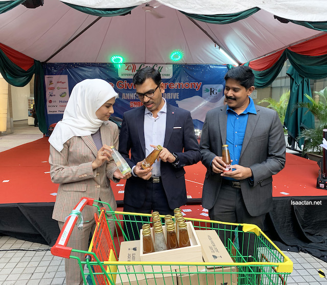 Fatin Hajjah Fouziah Gous was in attendance to give away the prizes as well as to launch a new product, the FGWallet bird nest.