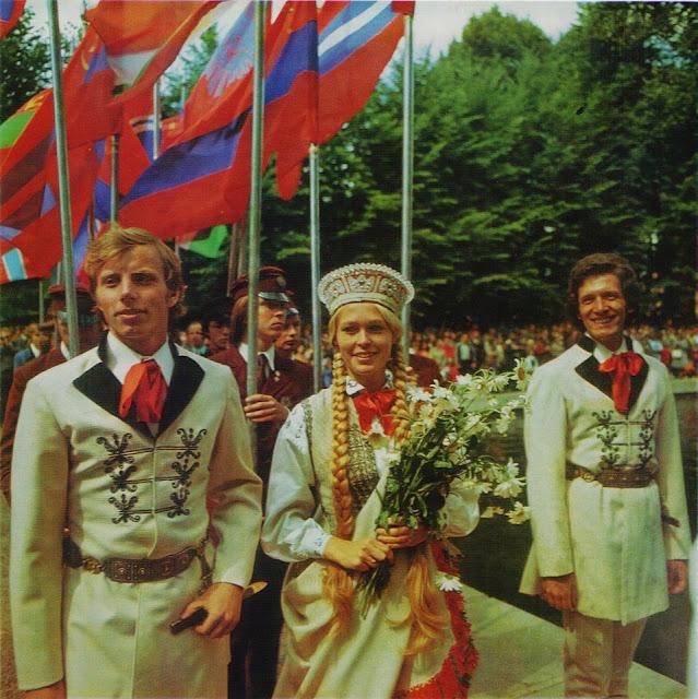 "1970-е годы. Рига. На Празднике песни (скан из фотоальбома ""Riga"", изд-во ""Avots"", 1981 год)"