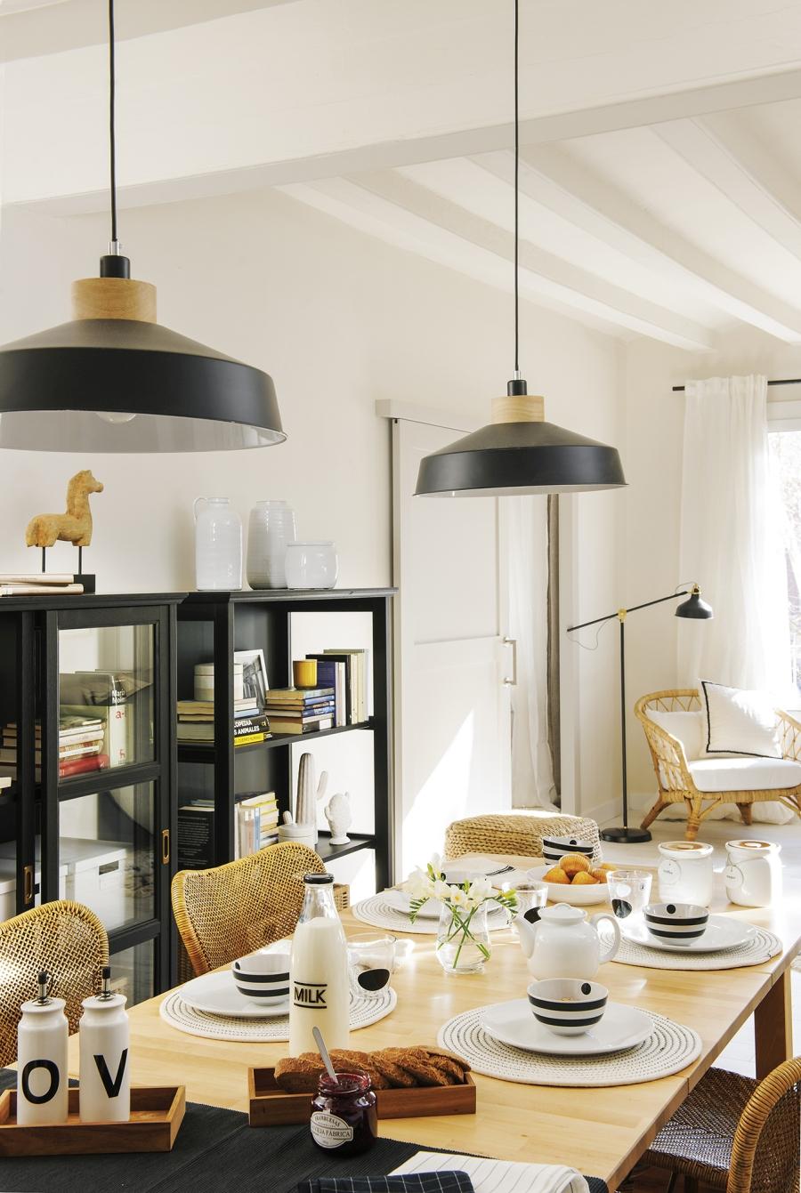 Czerń i biel w przytulnej aranżacji - wystrój wnętrz, wnętrza, urządzanie mieszkania, dom, home decor, dekoracje, aranżacje, minty inspirations, styl skandynawski, scandinavian style, biała wnętrza, małe wnętrza, małe mieszkanie, otwarta przestrzeń, czerń i biel, balck & white, naturalne drewno, naturalne materiały, jadalnia, czarny regał, czarna lampa wisząca