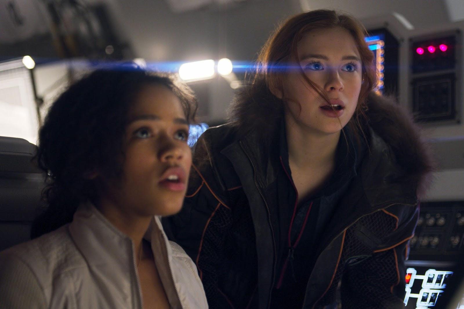 Taylor Russell y Mina Sundwall interpretan a las hermanas Robinson en Lost in Space