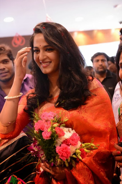 Acress Anushka Shetty Pos in Saree~  Exclusive 0005.jpg