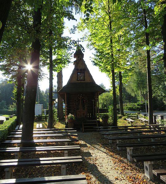 Drewniana kaplica w Sidzinie.