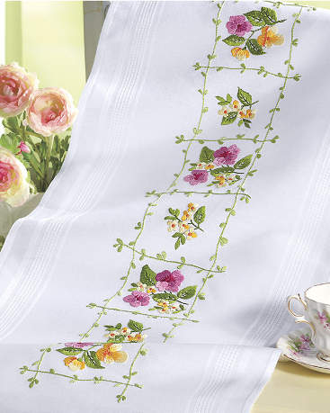 Table runner with bright summery flowers from Duftin