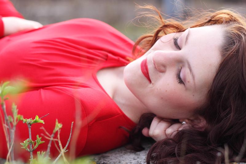 sanftes Portrait von Frau mit braunen Haaren