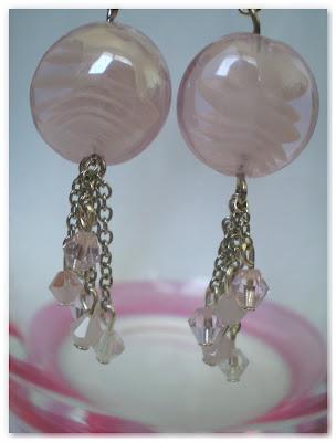 zoom boucles d'oreilles pendantes argenté et verre rose pâle