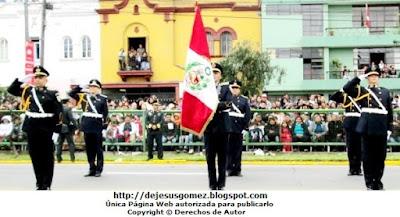 Foto a la escolta del Colegio Leoncio Prado (Promoción XLI) en pleno saludo tomada por Jesus Gómez