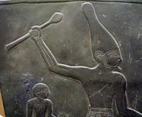 صورة الملك مينا او نعرمر موحد القطرين يلبس التاج الأبيض