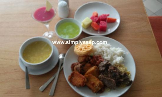LENGKAP: Inilah porsi makan siang yang saya coba saat itu. Aneka menu karbo dan juga buah buahan yang lengkap membuat makan siang semakin berselera. Foto Asep Haryono