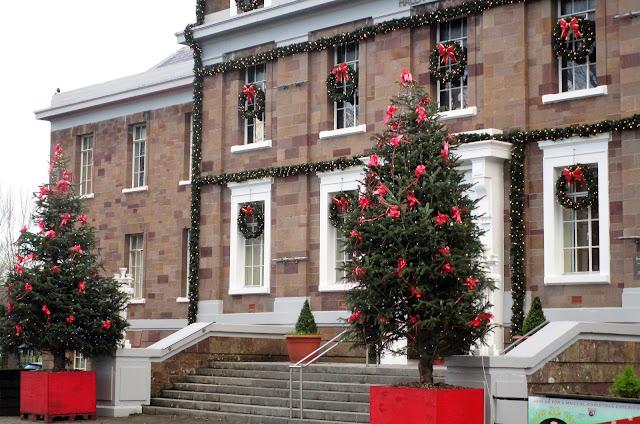 joulukuusi, punaiset rusetit, museon joulukoristeet