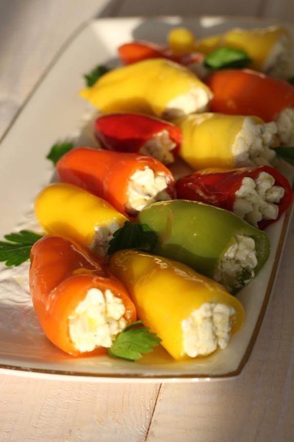 Пълнени цветни мини чушки със сирене в зехтин