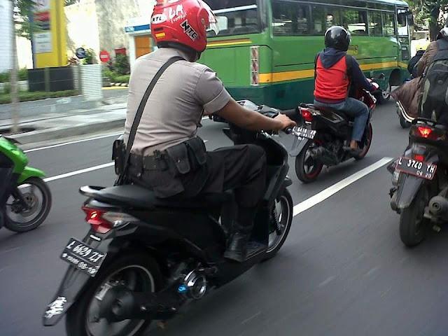 Ketika Polisi naik motor 'Tanpa Spion' siapa yang harus menilang?