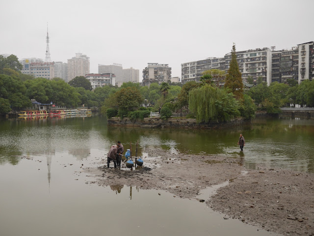 workers at the bottom of partially-drained Yunshui Lake (云水湖) in Yueping Park (岳屏公园) in Hengyang