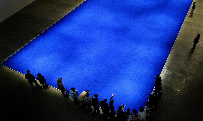 Instalación que representa una piscina de Yves Klein. Año 2005