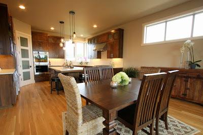 ห้องรับประทานอาหารสวยด้วยชุดโต๊ะไม้