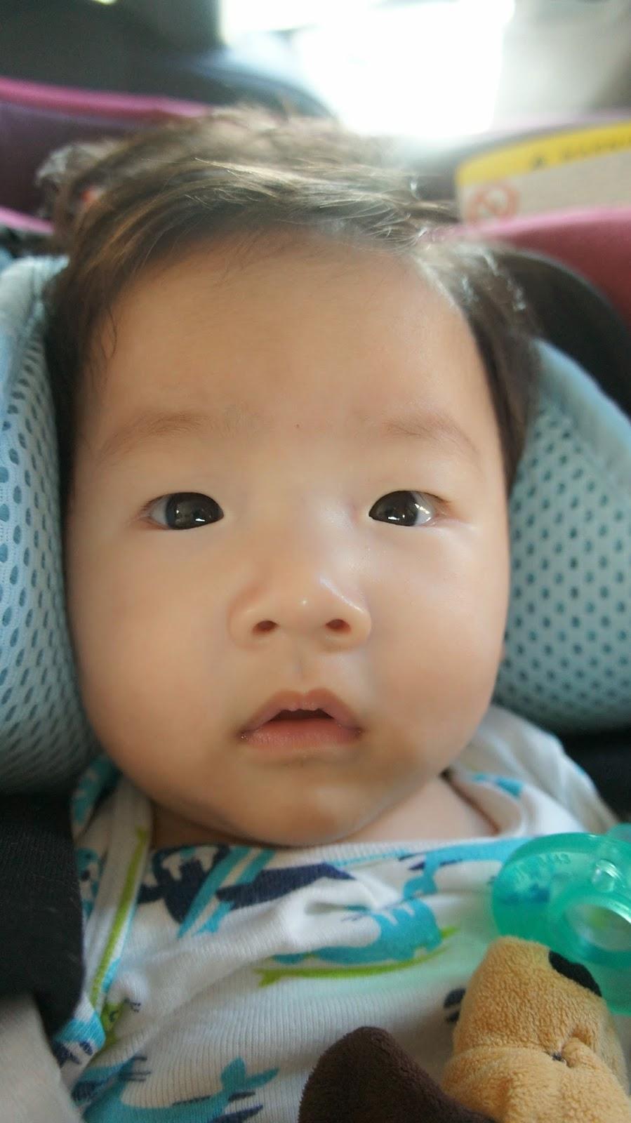 TORO哥 + TOMO弟的男雙寶遊樂園: ★滿四個月啦!★ 雙寶剪髮初體驗,設計師好壞差很多!! 還好嬰兒頭髮長得快~