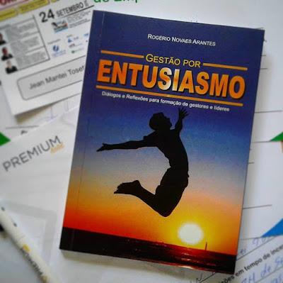 """Capa do livro """"Gestão por Entusiasmo"""" de Rogério Novaes Arantes."""