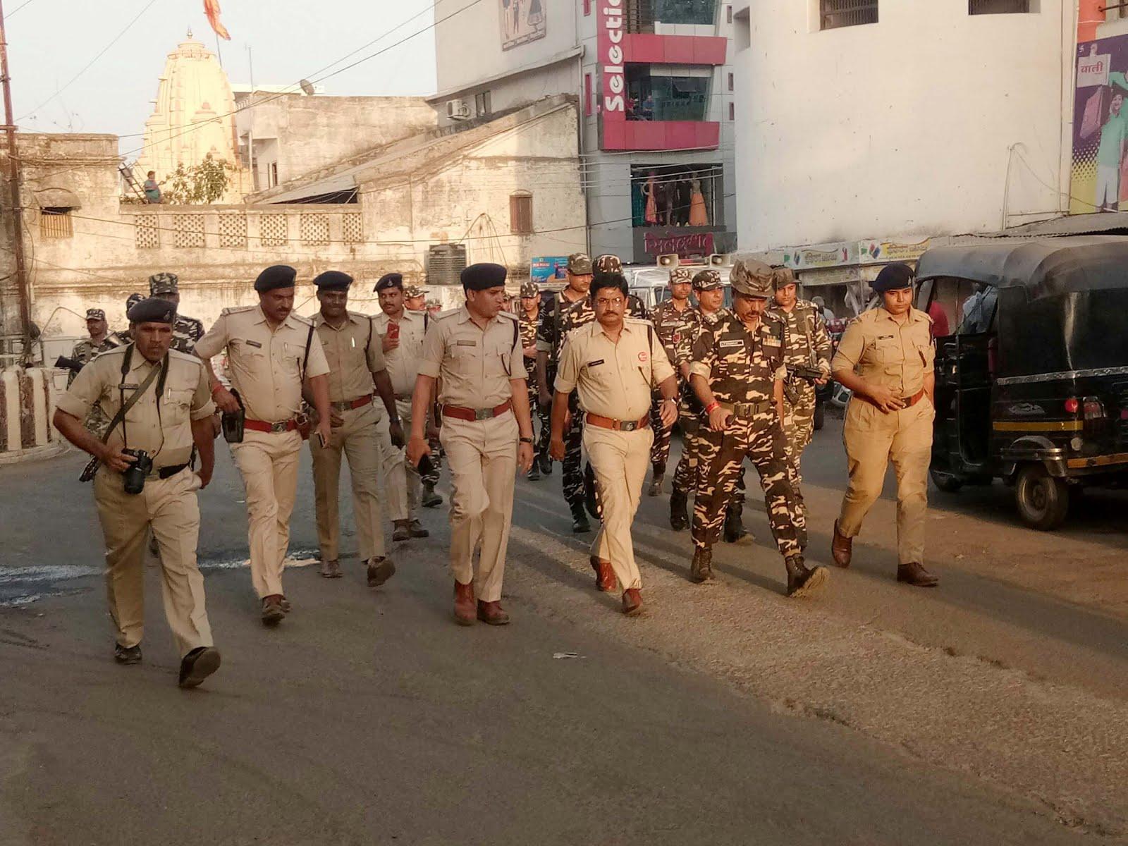 मतदान के पूर्व पुलिस बल ने निकाला फलेग मार्च