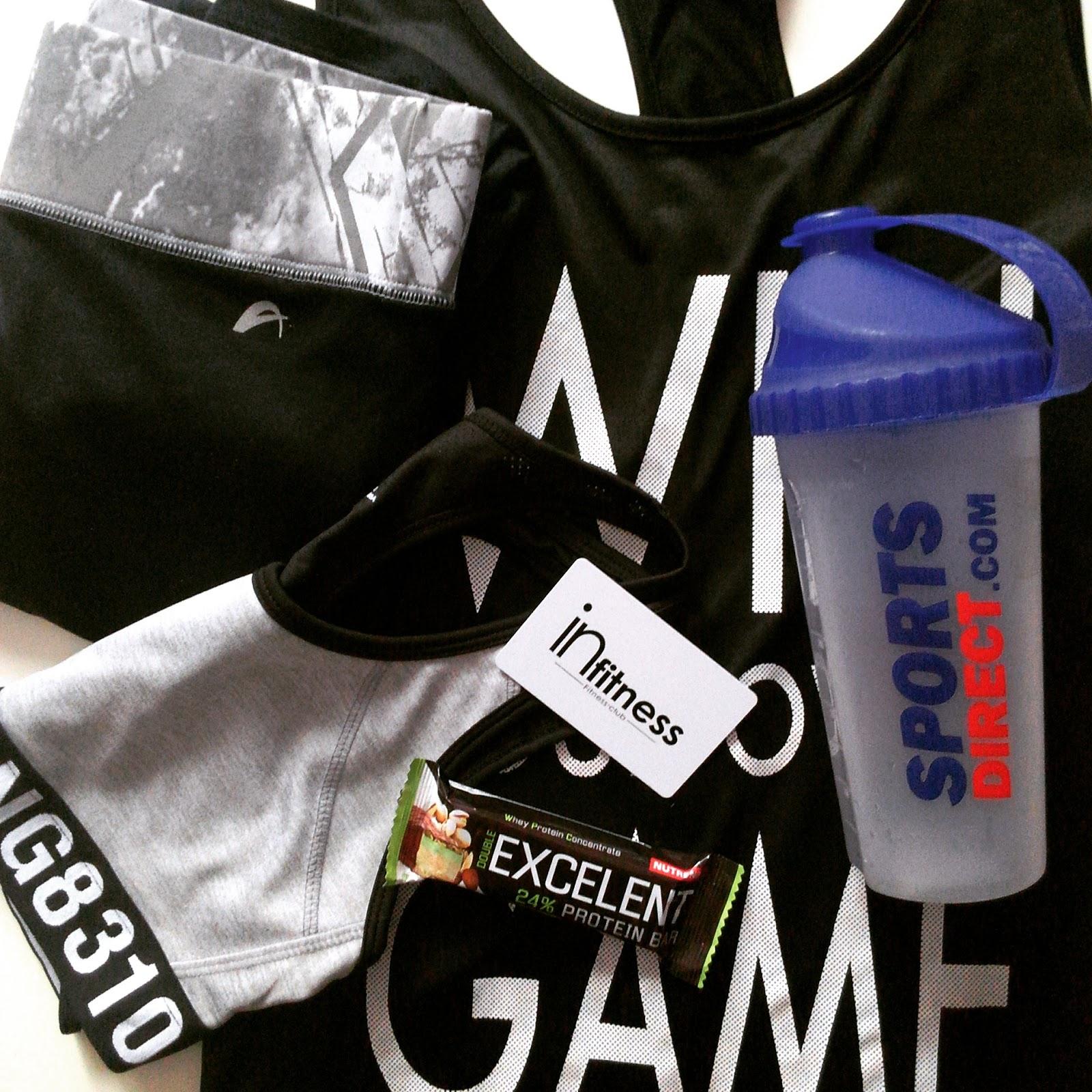 Sportovní oblečení a proteinová tyčinka