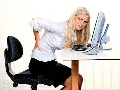 khususnya mereka yang harus duduk berjam Tips Mengurangi Sakit / Nyeri Punggung Saat Bekerja