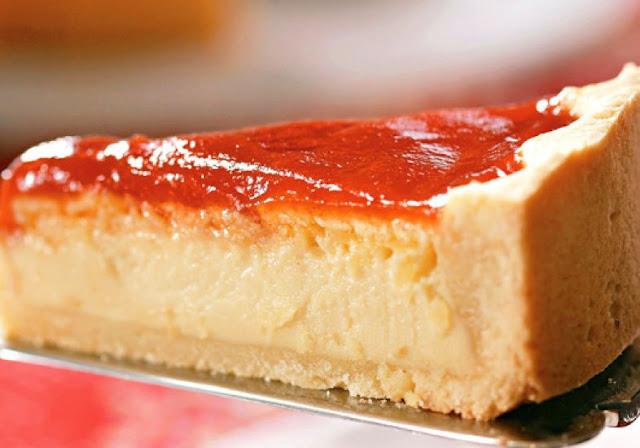 Torta de Queijo com Goiabada fatia da torta com a calda por cima