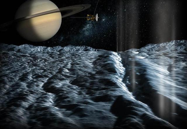 Plumas de água ejetadas por Encélado, lua de Saturno