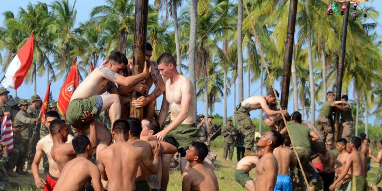 Melihat Marinir Amerikat Serikat dan TNI Angkatan Laut Indonesia Mencoba Perlombaan Tradisional Indonesia