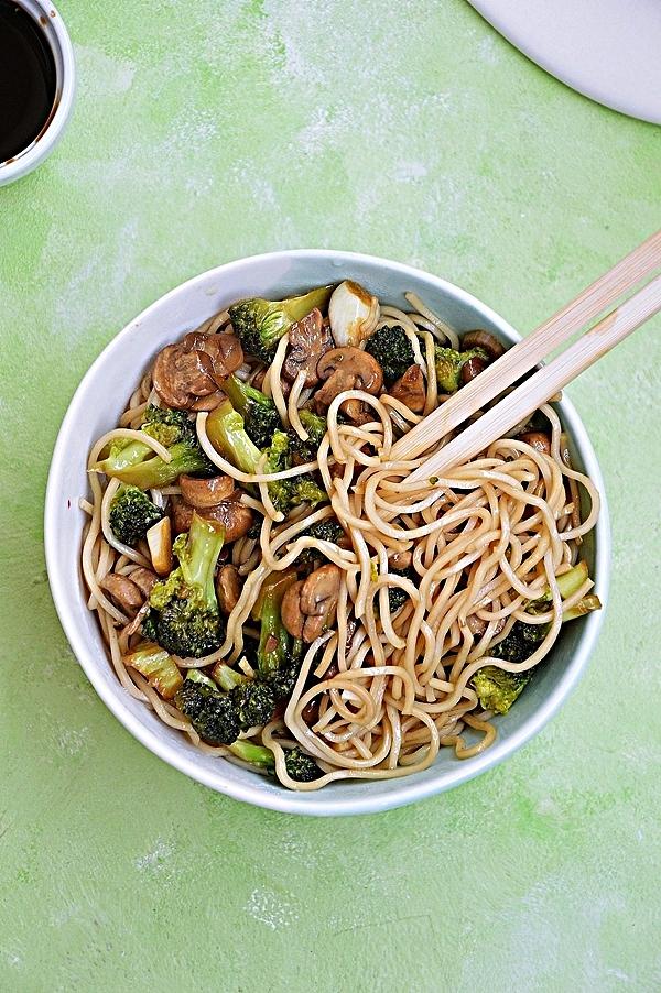 Ekspresowy makaron z pieczarkami i brokułami