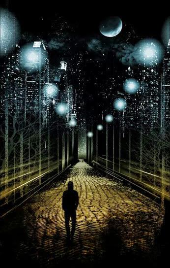 Imagen de un hombre solitario caminando bajo las luces de la noche